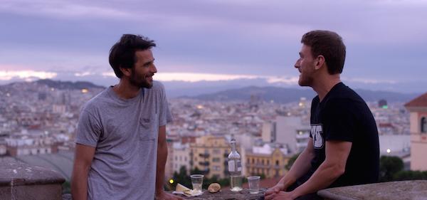 Image extraitre du Film Fin de Siècle - Les deux acteurs principaux se regardent Juan Barberini et Ramon Pujol