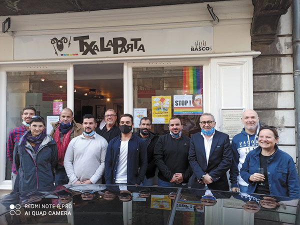L'association des bascos au Pays Basque contre l'homophobie dans le sport et le Rugby. Sport, LGBT, gay. Au local LGBT de l'association de Bayonne : Txalaparta